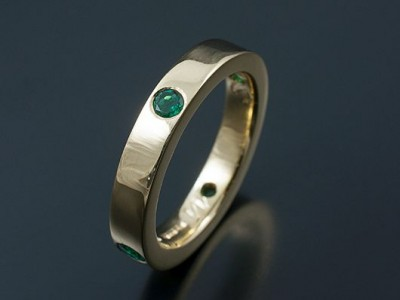 Wedding Ring in 18kt Yellow Gold with 4 Round Emeralds Secret Set into Band,