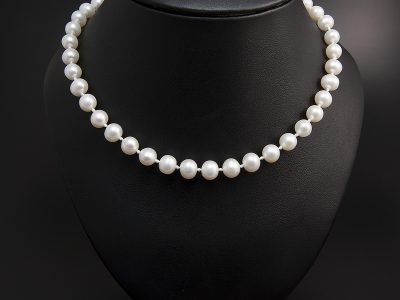 Ivory Freshwater Round Pearl Necklace 8-9mm With A 18kt Yellow Gold Locking Ball Clasp